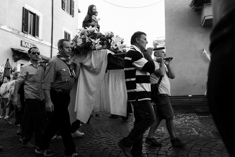 passaggio delle processione al centro del borgo