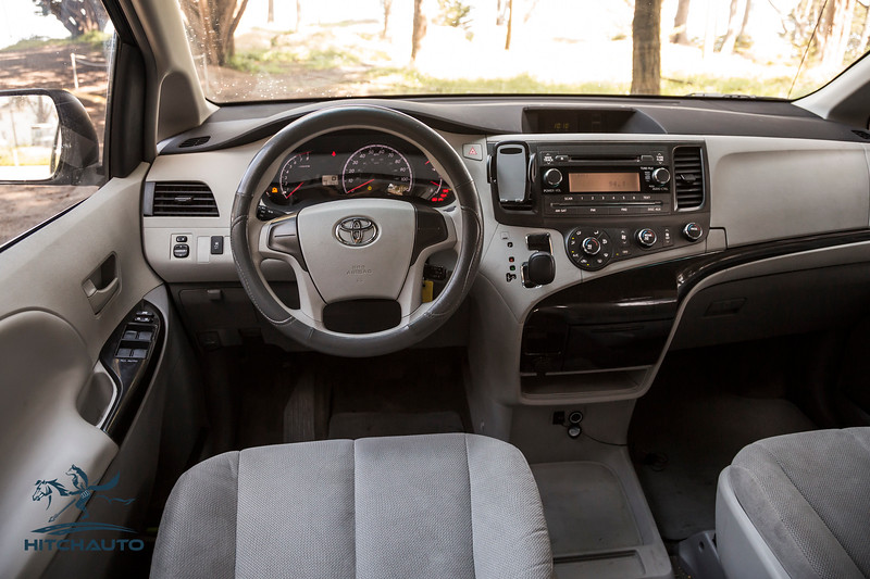 Toyota_Sienna_White_6SWK667-6125.jpg