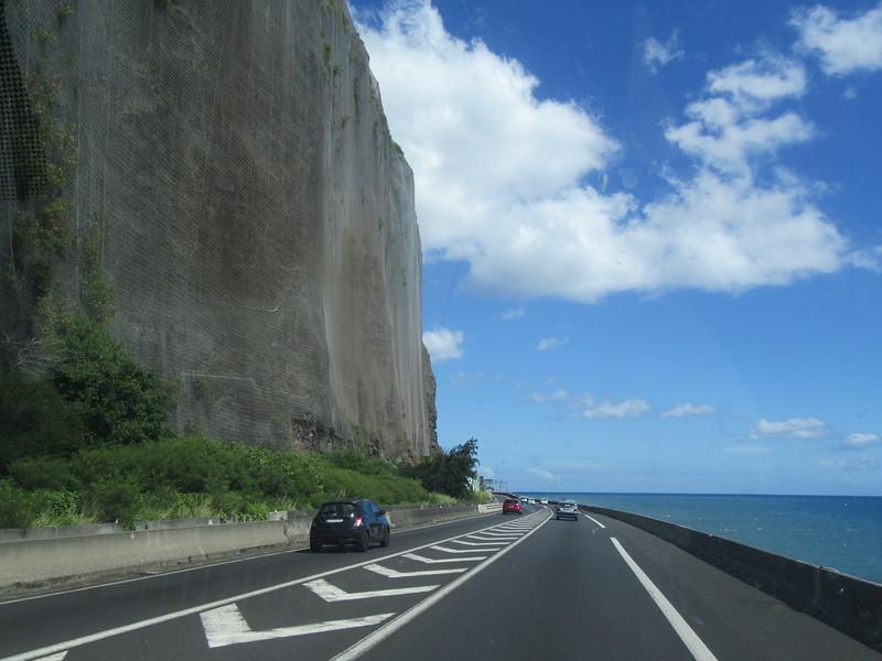 013_La Route du Littoral. Les chutes de pierre y sont fréquentes. Tua 2 personnes en 2006.JPG