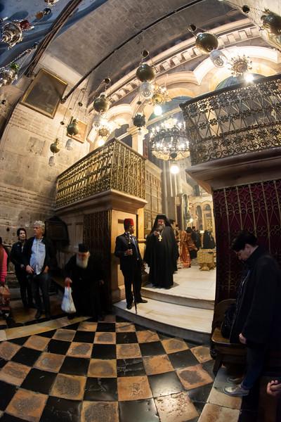 כנסיית הקבר ואיש דת.jpg