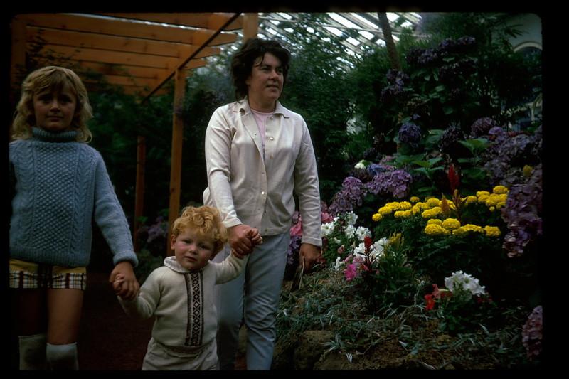 1972-12 (6) Susan 7 yrs 5 mths, Allen 19 mths & Mary @ Fitsroy Gardens.jpg