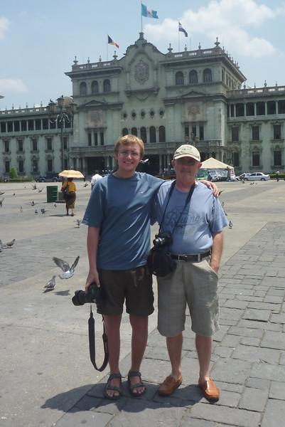 Zbyszek i Kuba na tle Pałacu Prezydenckiego