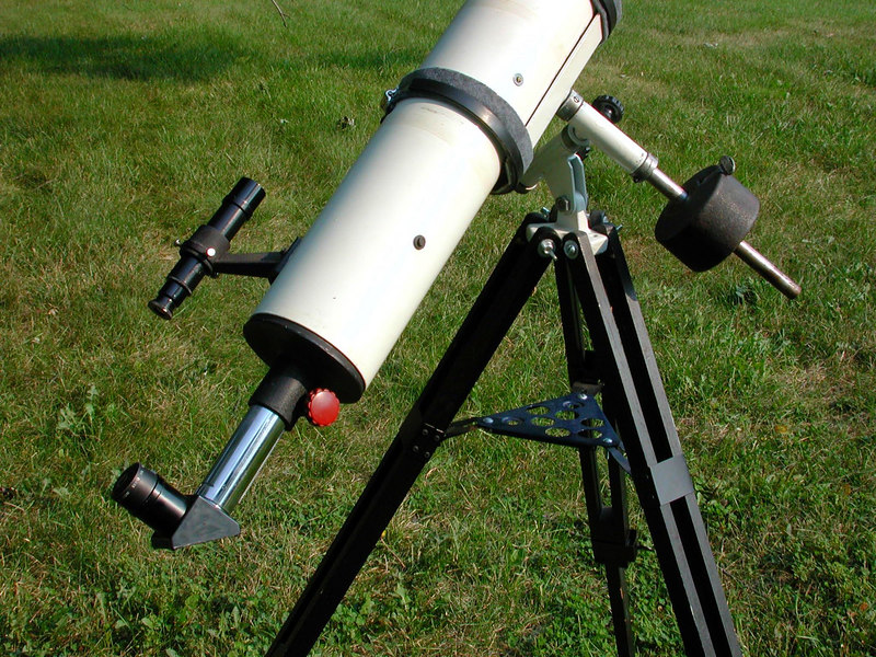 The Jaegers tube assembly is mounted on an Edmund Scientific Co mount. In this close-up you can see the classic red focusing knobs which were trademark of the Jaegers telescopes.