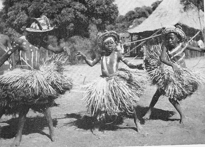 kandandji com khamba Circuncisos dançando no dia da saída da mukanda