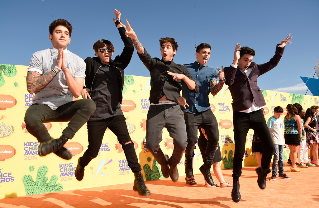 . Luke Brooks, and from left, Beau Brooks, Jai Brooks, Daniel Sahyounie and James Yammouni of The Janoskians arrive at Nickelodeon\'s 28th annual Kids\' Choice Awards at The Forum on Saturday, March 28, 2015, in Inglewood, Calif. (Photo by Chris Pizzello/Invision/AP)