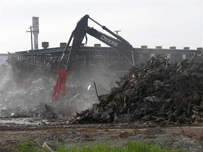 NPK M38K demolition shear on Deere excavator-C&D recycling 2.jpg
