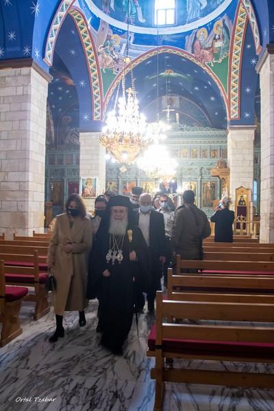 פטריארך אורתודוכסי יוצא מהכנסיה.jpg