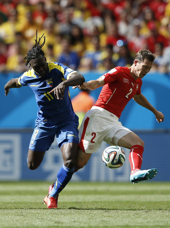 . Ecuador\'s forward Felipe Caicedo (L) and Switzerland\'s defender Stephan Lichtsteiner vie for the ball during a Group E football match between Switzerland and Ecuador at the Mane Garrincha National Stadium in Brasilia during the 2014 FIFA World Cup on June 15, 2014. AFP PHOTO / ADRIAN DENNIS
