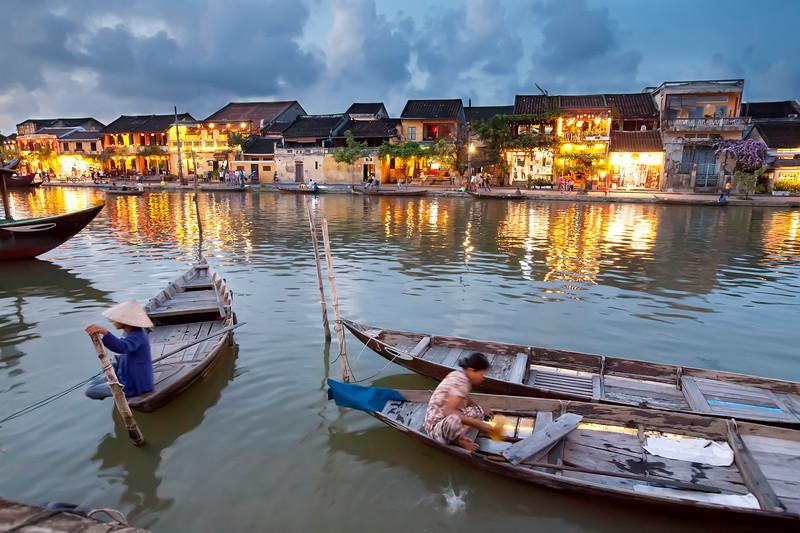 Hoi-an-night-boat-ladies.jpg