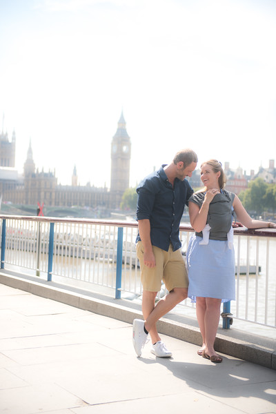 Izmi_Baby_Carrier_Mid_Grey_Lifestyle_Front_Carry_Couple_In_London_BigBen.jpg