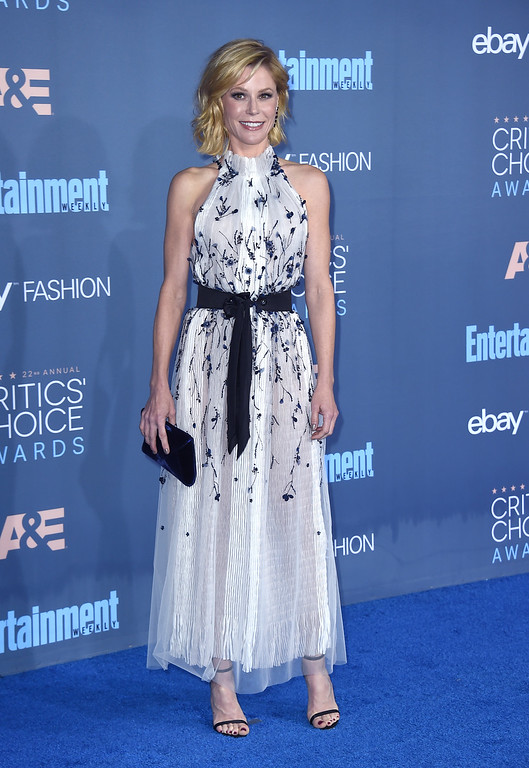 . Julie Bowen arrives at the 22nd annual Critics\' Choice Awards at the Barker Hangar on Sunday, Dec. 11, 2016, in Santa Monica, Calif. (Photo by Jordan Strauss/Invision/AP)