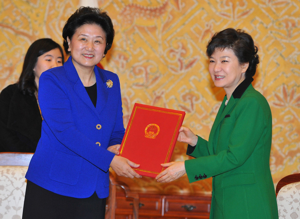 . South Korea\'s incoming president Park Geun-hye, right, and Chinese State Councilor Liu Yandong pose as Park receives letters of Chinese President Hu Jintao and Chinese Communist Party General Secretary Xi Jinping from Liu at the presidential Blue House in Seoul, South Korea, Monday, Feb. 25, 2013. Liu visited Seoul to take part in Park\'s inauguration ceremony as the 18th South Korean president held earlier in the day. (AP Photo/Kim Jae-hwan, Pool)