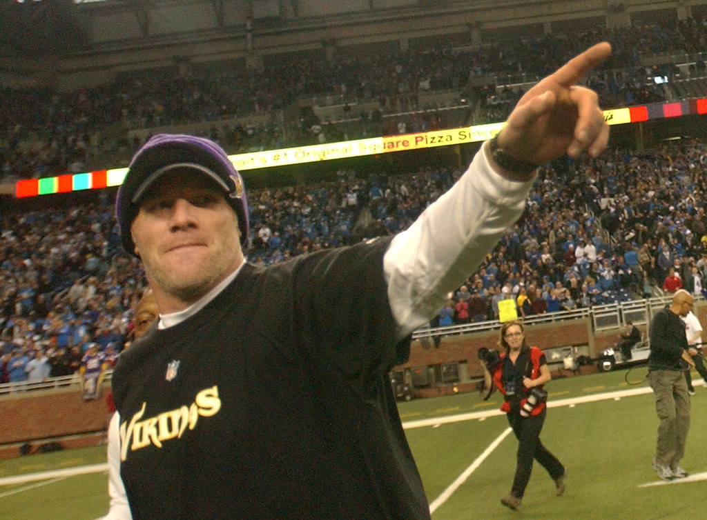 . Minnesota Vikings injured quarterback Brett Favre waves to fans in the crowd as he runs off the football field at the end of the game against the Detroit Lions.  The Lions beat the Vikings, 20-13.  Photo taken on Sunday, January 2, 2010, in a game played at Ford Field in Detroit, Mich.  (The Oakland Press/Jose Juarez)