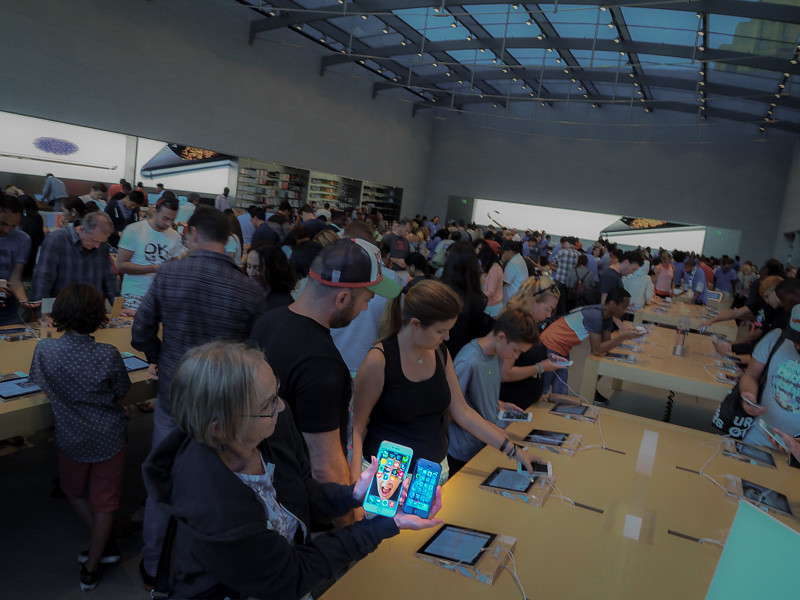 September 19 - iPhone 6 at the Apple Store.jpg