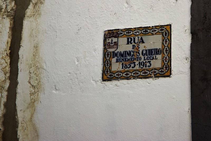 Opět jedna klasická portugalská cedule s názvem ulice, která mimo jiné vysvětluje, po kom je pojmenovaná a kdy dotyčný žil