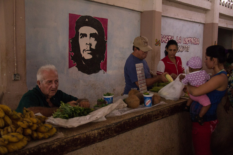 Image of Che Guevara at the market.