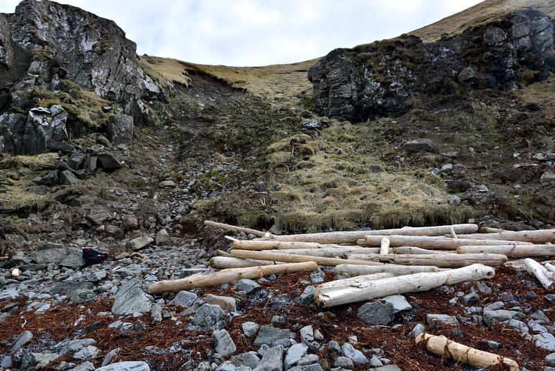 Aurskriður höfðu skemmt gönguleiðina niður af Drangsnesi.