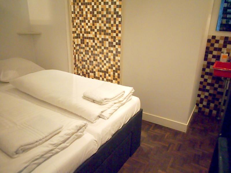 PA093688-bedroom-share-toilet.JPG