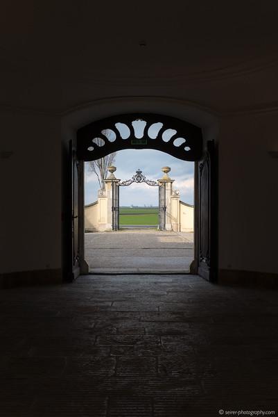 Eingangstor von Schloß Niederweiden