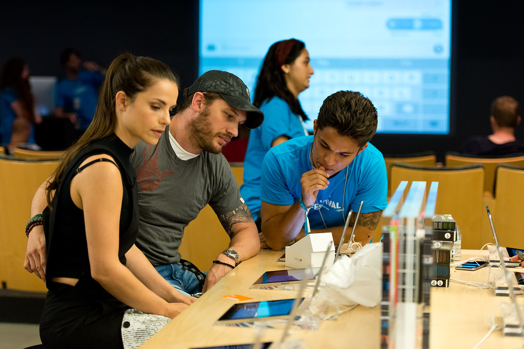 . (L-R) Charlotte Riley and Tom Hardy gets set up with the new iPhone 6 at The Apple Store, Regent Street on September 19, 2014 in London, England.  (Photo by Ben A. Pruchnie/Getty Images)