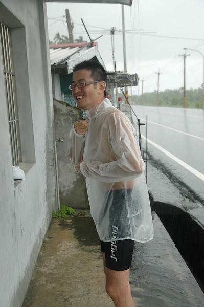 直接穿雨衣太像變態了