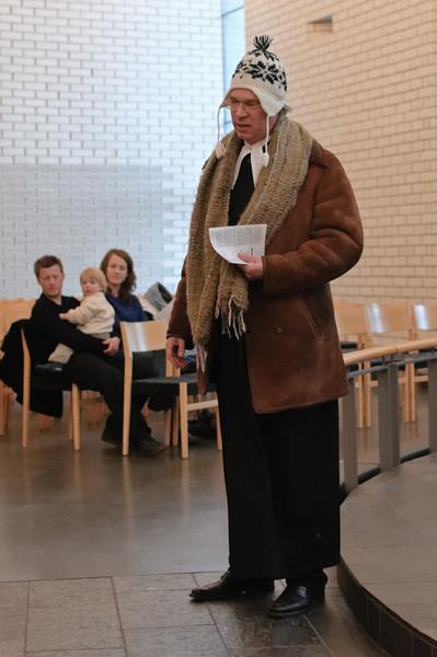 Während des ersten Liedes verkleidet Friedbert sich.