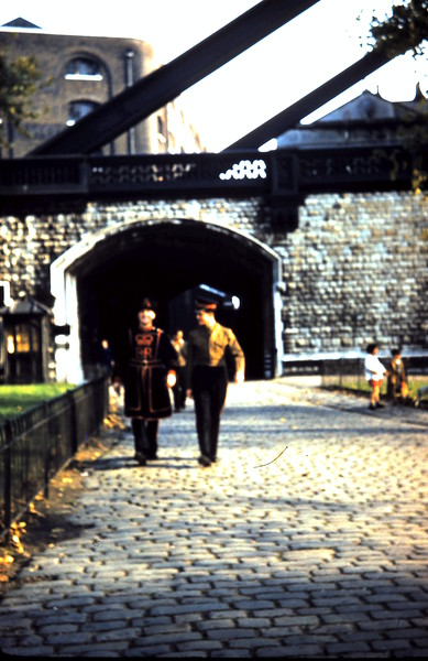 1959-11-1 (6) Beefeater & Soldier @ the Tower.JPG