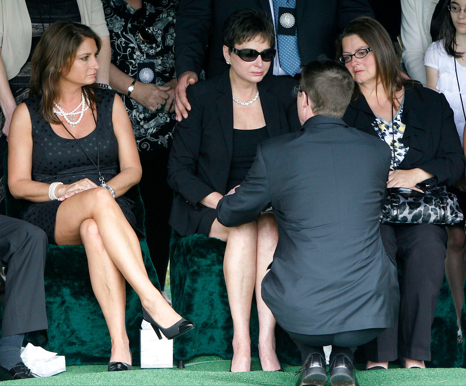 . Nancy Jones (C), the wife of country music legend George Jones, talks with a pastor at his grave side during services at Woodlawn-Roesch-Patton  Memorial Park in Nashville, Tennessee May 2, 2013. REUTERS/Harrison McClary