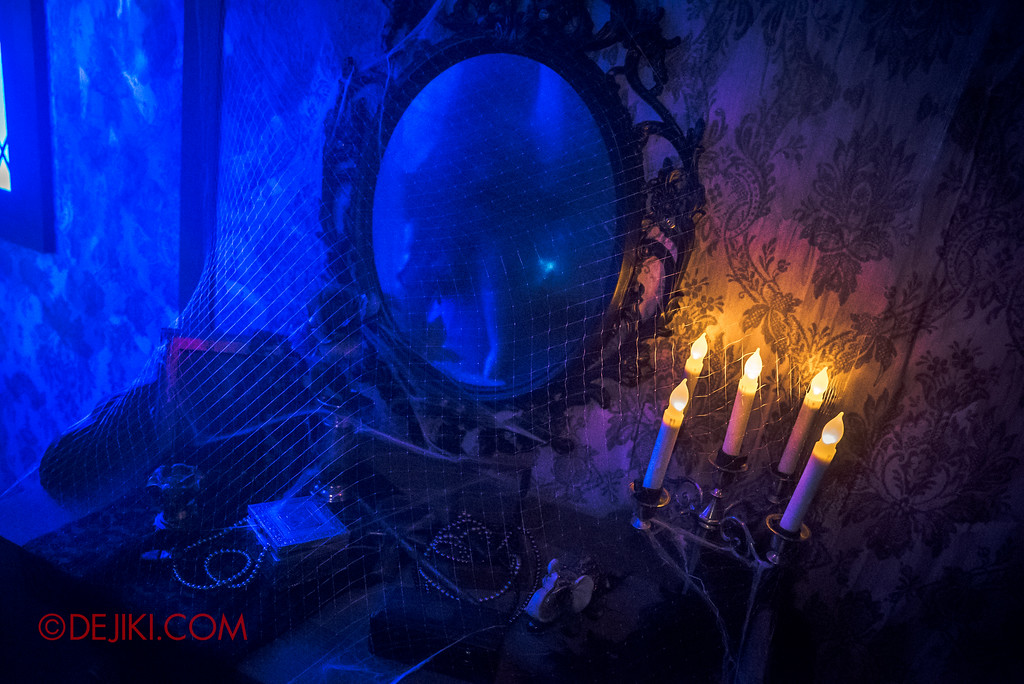 Halloween Horror Nights 6 - Salem Witch House / Dresser and Mirror