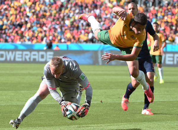 . Netherlands\' goalkeeper Jasper Cillessen (L) vies with Australia\'s forward Mathew Leckie during a Group B football match between Australia and the Netherlands at the Beira-Rio Stadium in Porto Alegre during the 2014 FIFA World Cup on June 18, 2014.  (DAMIEN MEYER/AFP/Getty Images)