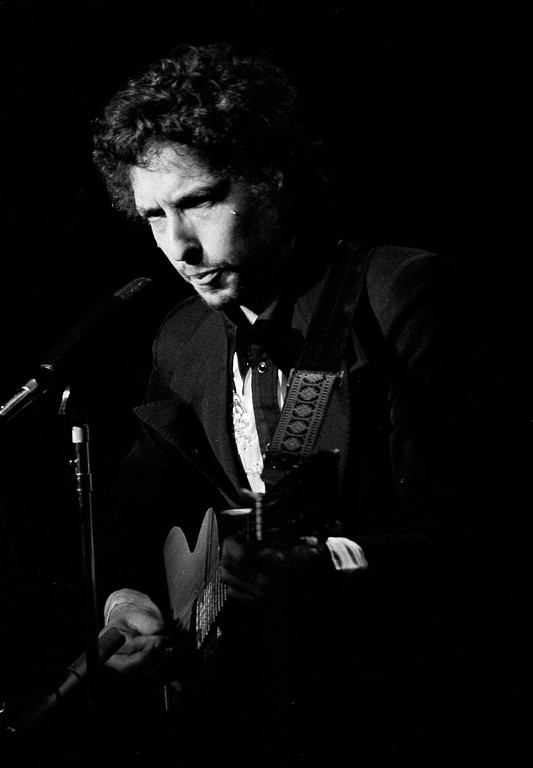 . Singer Bob Dylan and appears before a full house at Madison Square Garden in New York, Jan. 31, 1974. He is on tour with his back up group The Band. (AP Photo/Ray Stubblebine)