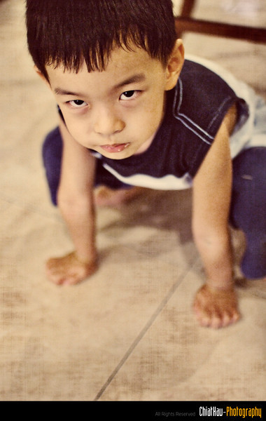 I said he is posing like a frog... but he said is not a frog... is TIGER! (~:| O Okie...)