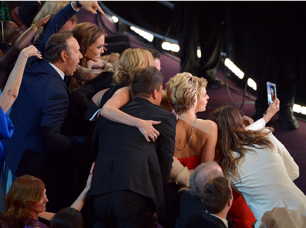 ". Kevin Spacey, from left, Angelina Jolie, Julia Roberts, Brad Pitt, Jennifer Lawrence, Ellen Degeneres and Jared Leto join other celebrities for a ""selfie\"" during the Oscars at the Dolby Theatre on Sunday, March 2, 2014, in Los Angeles.  (Photo by John Shearer/Invision/AP)"