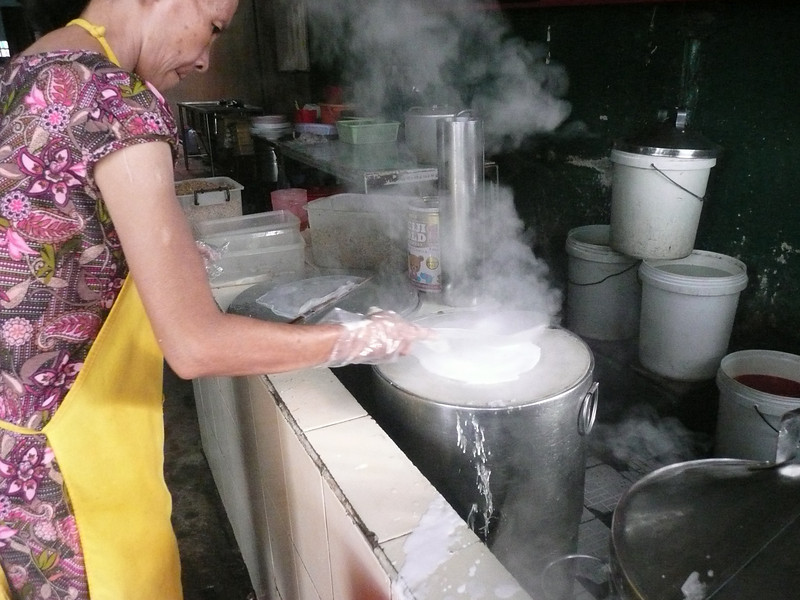 making banh uot/ banh cuon