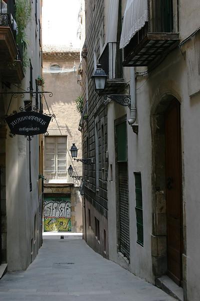 4906_Barcelona_Old_Town_Street.jpg