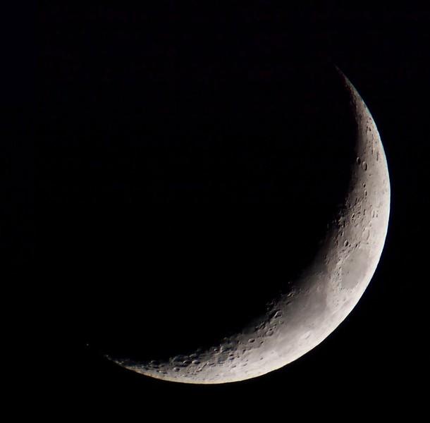 Měsíc 25.4.2012, Bresser Skylux 700/70, Barlow 2x, Canon 350D v primárním ohnisku