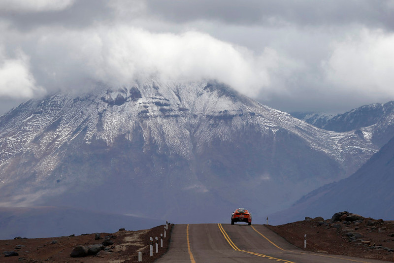. A car passes the highlands of Chile en route to the Jama border crossing during the untimed 7th stage of the Dakar Rally 2013 from Calama to Salta, January 11, 2013. REUTERS/Ivan Alvarado (CHILE - Tags: SPORT MOTORSPORT)
