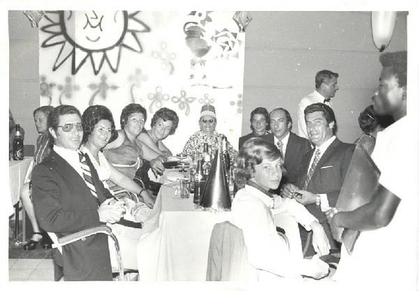 Fim do Ano 73-74 Seixas, Maria Eduarda Seixas, Manuela Braga, Josefina Firmino, Mãe Firmino, João Eduardo Seixas, Braga, Mendonça (de pé), Firmino e Zé Carlos Seixas