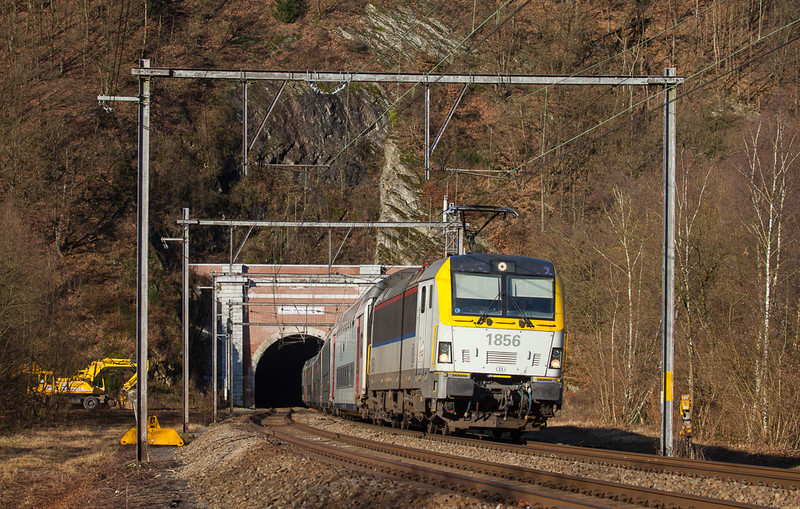 1856 brings the IC 509 (09:45 Oostende – Eupen 12:45) out of the Tunnel de Halinsart in Goffontaine.