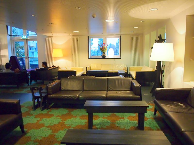 PA083620-lounge.JPG