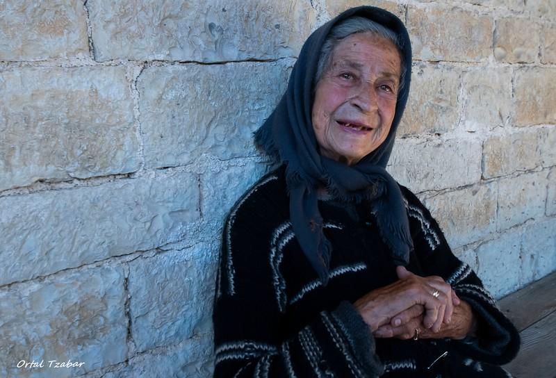 הזקנה בכנסיה.jpg