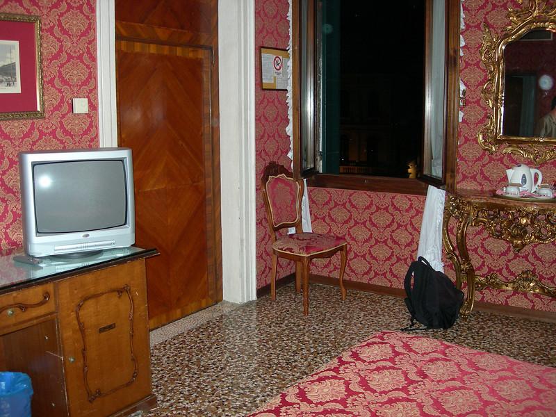 Venice hotel - tv and door