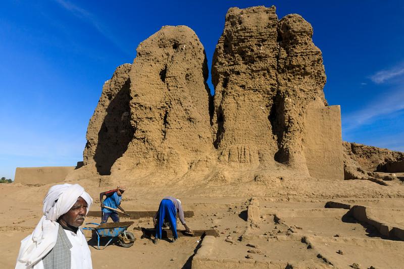 Restaurationsarbeiten vor der Deffufa, Kerma