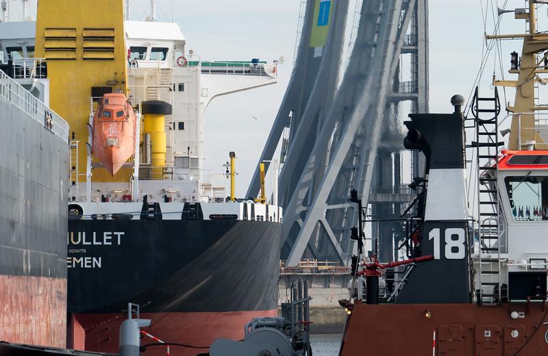 Tankschiff in der Rethe Hamburger Hafen mit BUGSIER 18