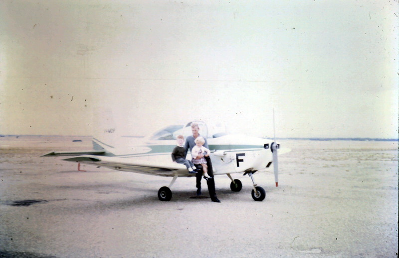 1967-12-22 (4) David 4 yrs, Susan 2 yrs 4 mths on Barry Spooners plane.JPG