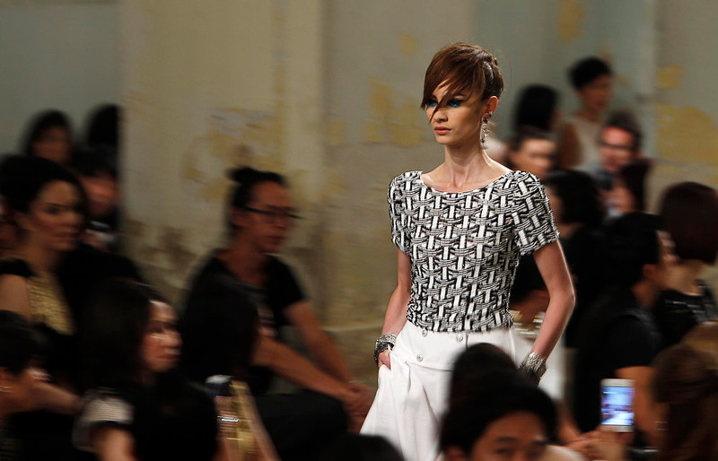 . A model presents a creation by designer Karl Lagerfeld for Chanel\'s Cruise 2013/2014 Collection during a fashion show in Singapore May 9, 2013.  REUTERS/Edgar Su