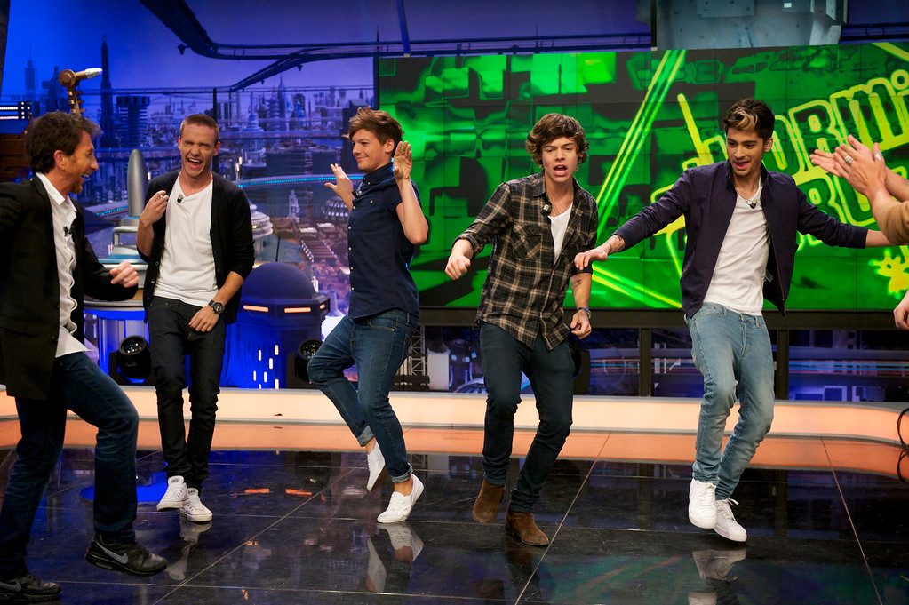 """. MADRID, SPAIN - OCTOBER 31:  (L-R) Liam Payne, Louis Tomlinson, Harry Styles, Zayn Malik and Niall Horan of One Direction attend \""""El Hormiguero\"""" Tv show at Vertice Studio on October 31, 2012 in Madrid, Spain.  (Photo by Juan Naharro Gimenez/Getty Images)"""