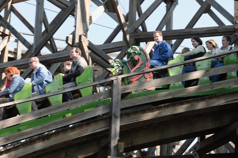 Für den Samstag hatten die Kinder sich einen Vergnügungspark gewünscht. Es gibt zwar einen in Budapest, aber der ist schon ganz schön alt. Diese Achterbahn zum Beispiel ist aus Holz. Der Mann im blauen Overall ist der Fahrer. Manchmal fährt er schneller, manchmal langsamer.
