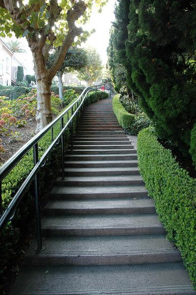 路旁的人行階梯,兩旁的房子都很漂亮