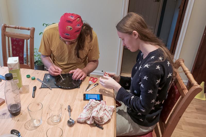 Die letzten Vorbereitungen. Ludwig und Cecilie basteln für Bernd am Abend vorm Abflug nach Island einen Salz- und Pfefferbehälter.